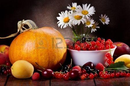 çeşitli taze meyve, çilek ve sebze ile natürmort. Stok Fotoğraf - 14560516