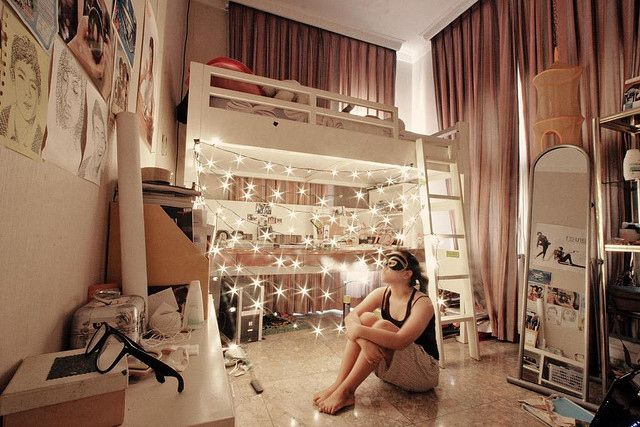 In High School I had mulit-colored Christmas lights around my day bed.  I would lay in bed listening to music and thinking about my day, my crush, or anything else going on in my life.: Dreams Bedrooms, Twinkle Lights, Trav'Lin Lights, Dreams Rooms, Bright Lights, Bedrooms Dreams, Dreams Housebedroom, Fashion Magazines, Bedrooms Ideas