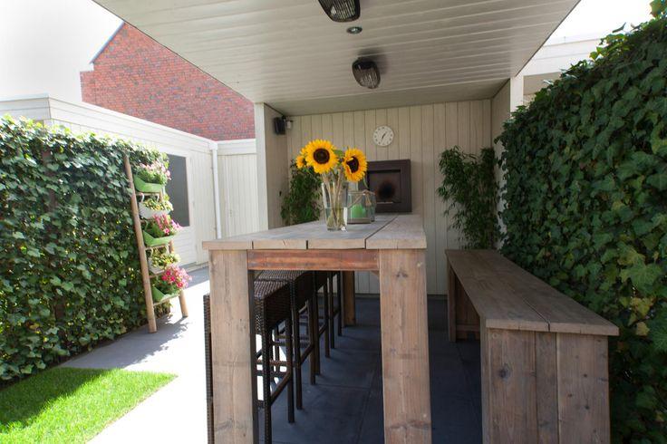 #gezellige #overkapping met #heaters, #buitenhaard en bartafel + bank van steigerhout. Franse tuin | Heart for Gardens.