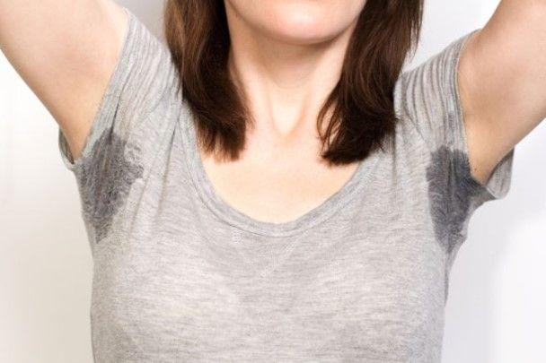 Zweet- of deodorantvlekken Mix water met evenveel citroensap en laat het kledingstuk meerdere uren drogen in de zon... Aspirine pillen willen ook werken.