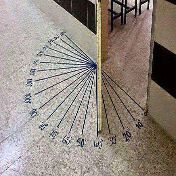 Sınıf kapılarını matematik eğitimi için uyarlamak için çok faydalı ve kolay bir fikir. #matematik #eğitim #okul #sınıf #açılar #geometri #materyal http://turkrazzi.com/ipost/1521722933931549306/?code=BUePvIrjiJ6