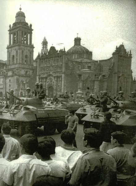 Ciudad de México. Zócalo. En 1968, donde parte del ejército y granaderos esperaban a los estudiantes de la marcha del 68. Mexico City at the Zócalo square, were the Army and Granadiers were waiting for the students.