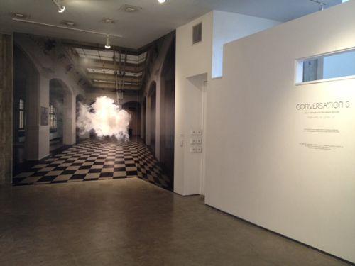 """""""Smilde, neerlandés afincado en Amsterdam, ha elaborado un método para crear pequeñas y perfectas nubes blancas en el interior de una habitación, a través del control de la temperatura, la humedad y la iluminación. Todo ha de estar meticulosamente controlado y medido. Y cuando la habitación está preparada, se activa una máquina de humo y… ¡voilá!"""""""
