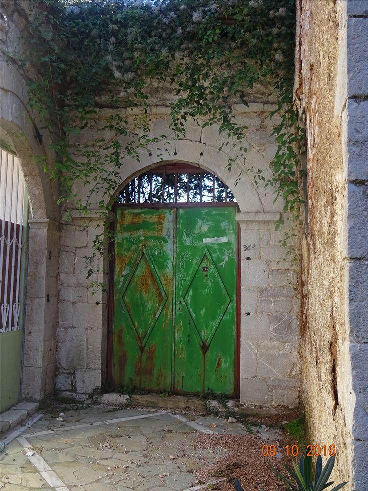 Πράσινη παλιά εξώπορτα στην Ανδρίτσαινα, φωτ: Έφη Χατζηνάσου