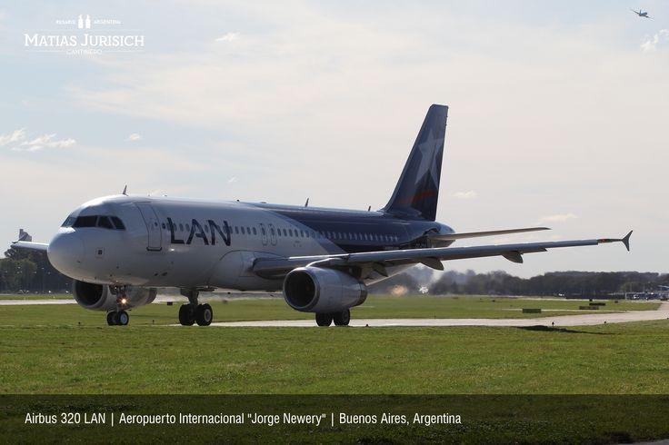 """Airbus 320 LAN taxeando para ingresar a la pista 31 mientras un Boeing 737 de Aerolineas Argentinas despega   Aeropuerto Internacional """"Jorge Newery""""   Buenos Aires, Argentina"""
