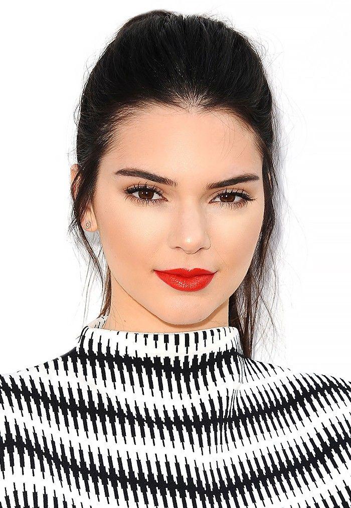 La yuxtaposición de suave, tez pálida cremosa de Kendall y el labio rojo negrita es una de las miradas más hermosas que hemos visto en el modelo
