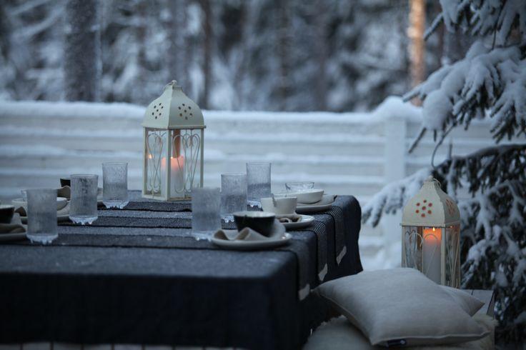 Some snow, frost on the table cloth and candle light. What else would you need? Lunta, kuuraa pöytäliinalla ja kynttilässä tuli. Tunnelma taitaa syntyä siitä? www.pisadesign.fi