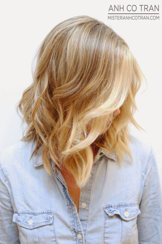 Love this hairstyle! So pretty. Medium length hairstyles, Blonder in front, blonde lob | Mom Fabulous hair