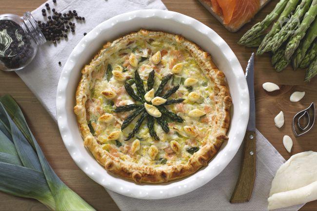 La quiche al salmone con asparagi e porri è un antipasto molto raffinato, ideale per la tavola delle feste o per una ricorrenza piuttosto importante.