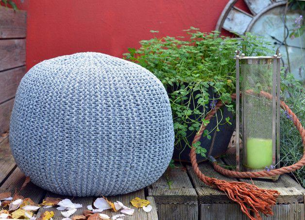 DIY-Set für einen Strickpouf. Hier kannst du kreativ werden. In dem DIY-Set sind enthalten: 3 Rollen Guami Textil-Garn in hellgrau 1 Paar Stricknadeln 12 mm aus Holz, oder eine Rundschricknadel...