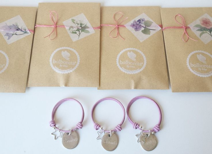 Varias versiones de pulseras personalizadas, elaboradas en cuero y zamak.   Perfectas como detalles para eventos como bodas, despedi...