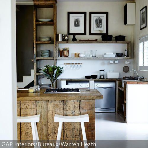 Der robuste Küchentresen aus Holz verleiht dieser Küche einen besonders natürlichen Charme. Durch seine Farbe bildet er einen angenehmen Kontrast zu der ansonsten …