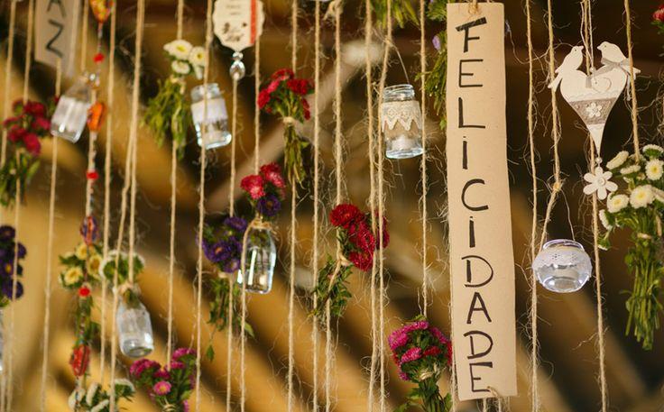 Casamento na praia tem decoração com flores e móveis rústicos - Casando no Paraíso - GNT