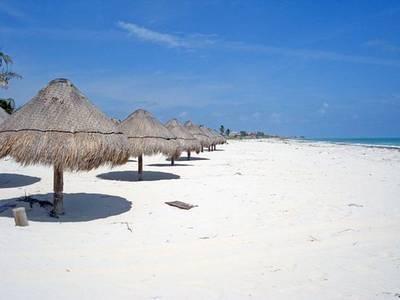 La playa de Isla Blanca.A tan sólo 25 minutos al norte de Cancún se encuentra una península tranquila de playas de arena blanca y selva virgen. Isla Blanca está enmarcada por el Mar Caribe y la Laguna de Chacmuchuk y es un escondite secreto, una gran escapada del ajetreo y el bullicio de Cancún. Campamento en la playa, alquilar una cabaña rústica para pasar la noche o simplemente visitar por el día - es un oasis de tranquilidad para aquellos que quieren escapar de los grandes centros…
