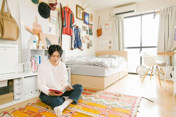 シンプル家具の隙間にコレクションが並ぶデザイナーの部屋世田谷代田みんなの部屋