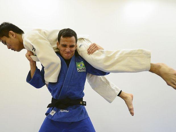 O brasileiro Felipe Kitadai levanta oponente em treinamento  Foto: Getty Images