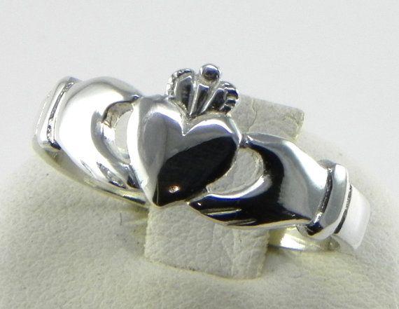Anello Claddagh in argento marchiato 800/1000 di GioielliOliveri