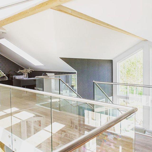 Høyt under taket, og glassrekkverk fra Melby på galleriet  #galleri #glass #rekkverk # luft #melbytrapp #melbysnekkerverksted #trapperingen #trapp #holztreppen #staircase #norskdesign #stairs #holztreppen #treppen #schreiner #schreinerei #haus #vibyggerhus #holztreppe #hus #interior #interiors #wood #worldstairs #norwegianmade #madeinnorway