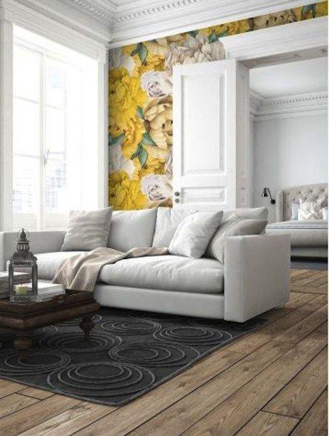 Le papier peint floral est de retour, il permet d'égayer une pièce aux couleurs sobres. Attention quand même au faux pas !