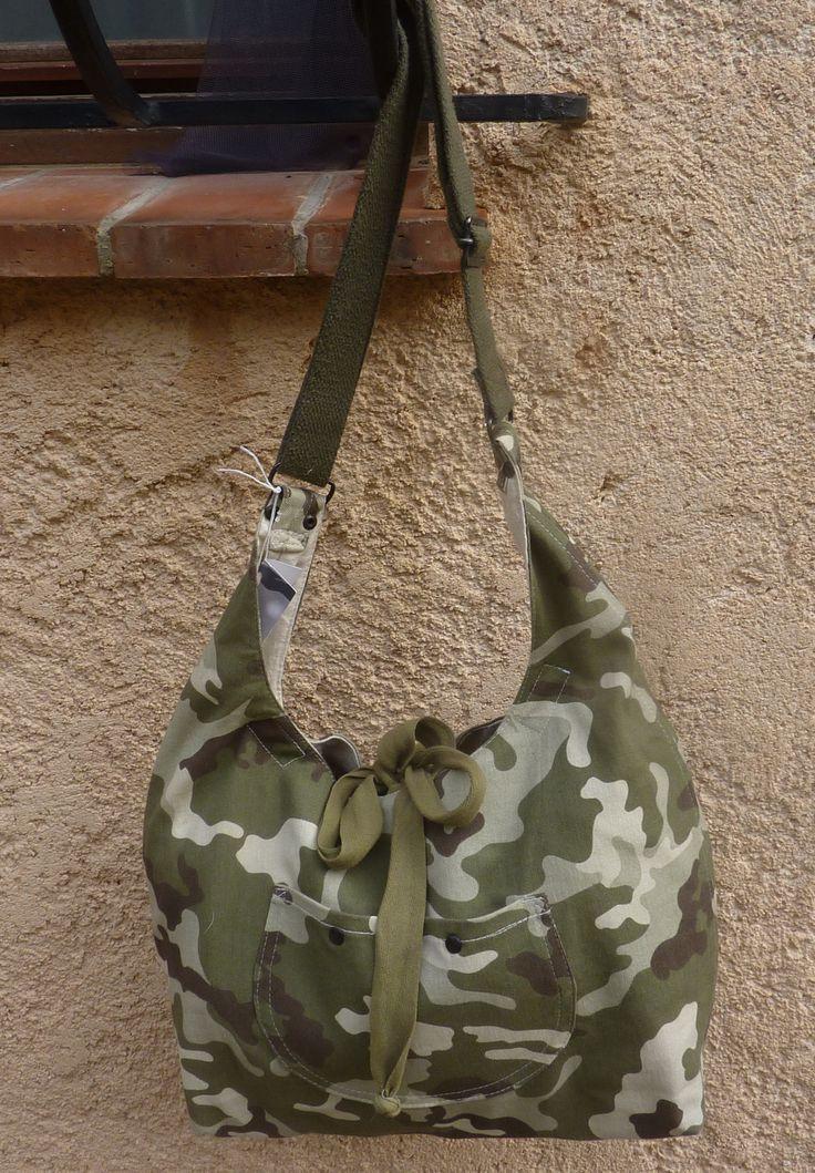 Sac en bâche camouflage modèle ZOULOU est un sac extrêmement féminin malgré sa matière style armée. Très solide, il sera un compagnon de tous les jours.