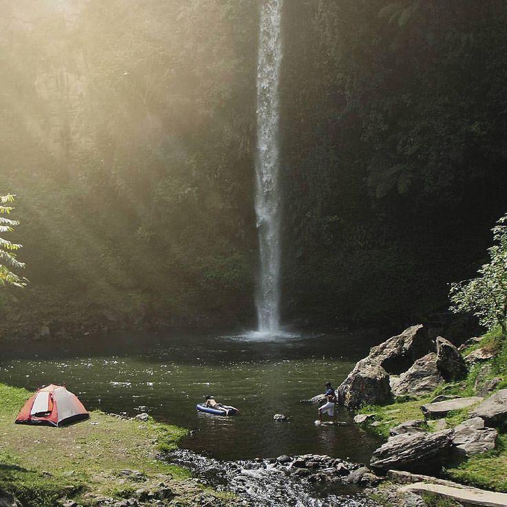 Dolaners, sebagai sebuah kota yang berada di daerah dataran tinggi, tentunya membuat Bandung memiliki banyak sekali spot wisata alam berupa curug (air terjun). Salah satu yang masih perawan dan belum terjamah adalah Curug Bugbrug. Air terjun setinggi 50 meter dan lebar 2 meter ini merupakan salah satu yang terindah di wilayah Bandung Barat. Alam sekitarnya yang masih hijau menjadi magnet tersendiri bagi Curug Bugbrug, Bandung.