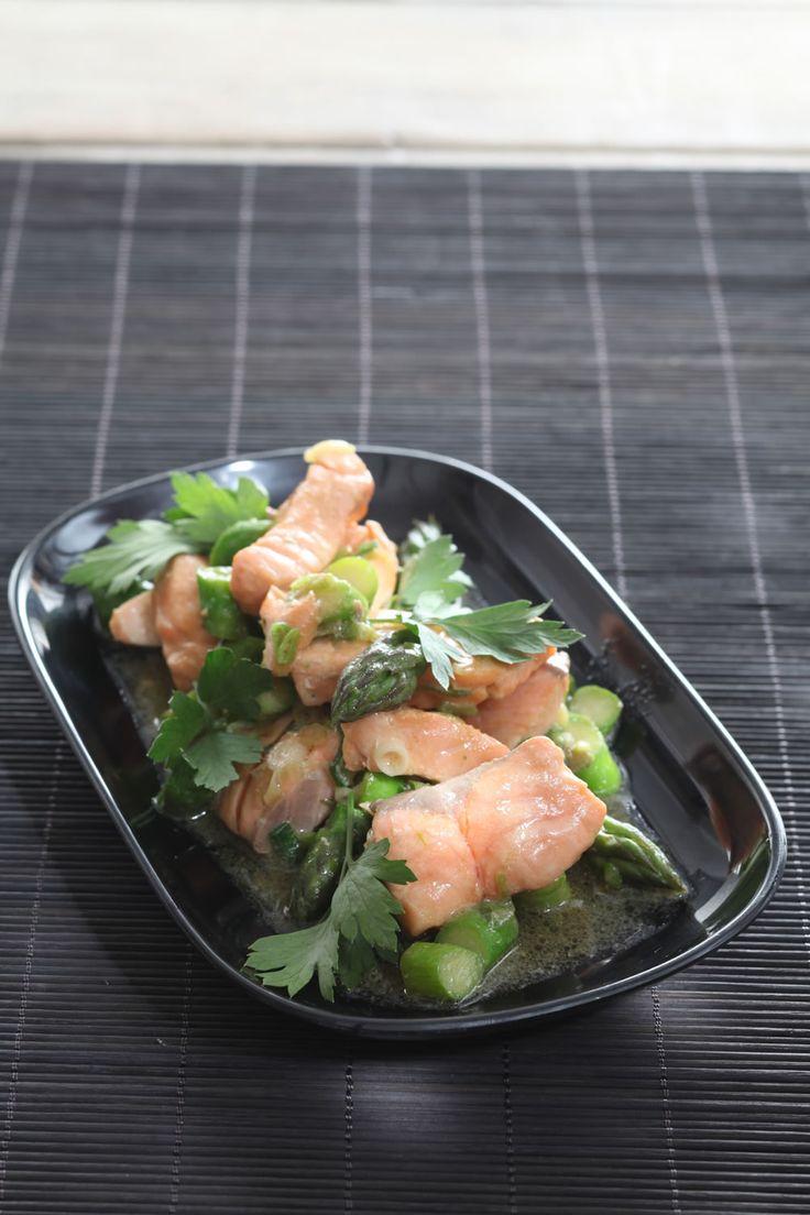 Groene asperges met gewokte zalm http://www.njam.tv/recepten/groene-asperges-met-gewokte-zalm