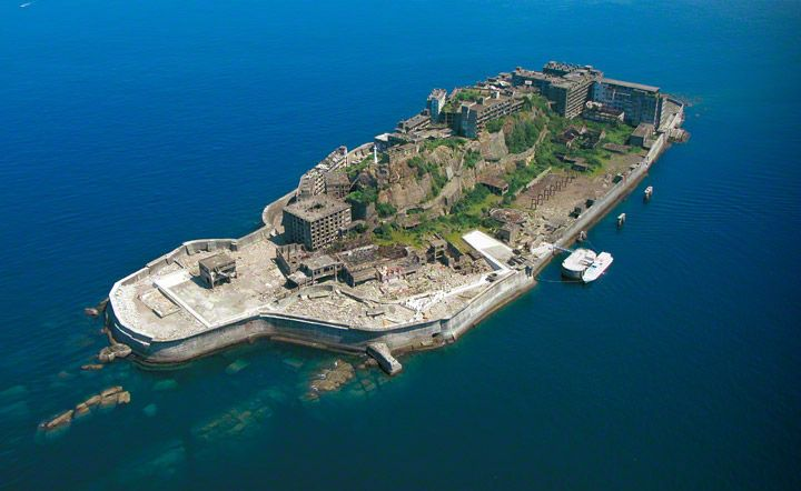 """Im Ostchinesischen Meer, vor Nagasaki liegt eine kleine Insel von circa 6,3 Hektar, """"Hashima"""" was so viel wie Grenzinsel bedeutet. Beim Betrachten der Insel von der Ferne wird schnell klar, warum d…"""