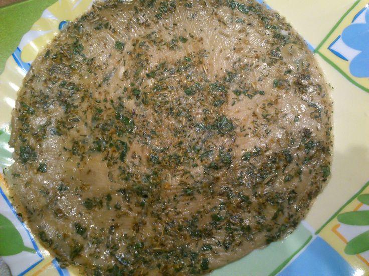 Może na pierwszy rzut oka nie wyglądają zbyt apetycznie, ale... ;)  Są to omlety ziołowe: zrobione wyłącznie z 4 jajek i 4 łyżek zimnej wody! To nie wszystko: podstawowym elementem jest szczypiorek i wszelkie inne przyprawy!  Do omleta zawijamy np. ser żółty i salami, bądź szynkę parmeńską i suszone pomidory! Efekt gwarantowany! :)