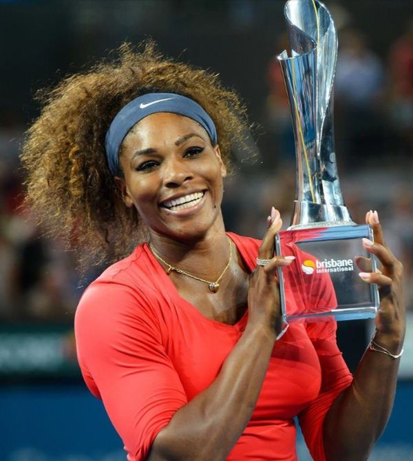 Serena Williams cu trofeul de la Brisbane