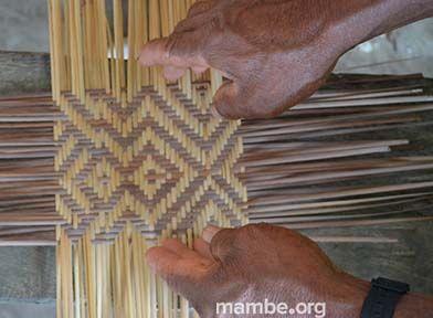 Artesano Cubeo tejiendo sus símbolos tradicionales en tirita. ( Guainía- Colombia)