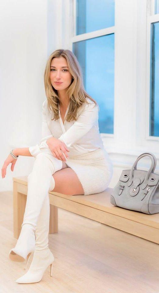 Lauren Remington Platt de Vênsette porte un sac Ricky avec un chemisier en soie ivoire Ralph Lauren Collection.