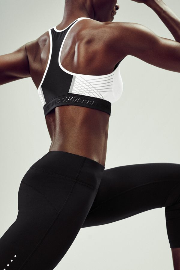 Bold and reflective, the NikeWomen Pro Fierce Reflective Sports Bra supports your moves and flatters your shape. Take on runs, cardio and weight training without missing a beat.