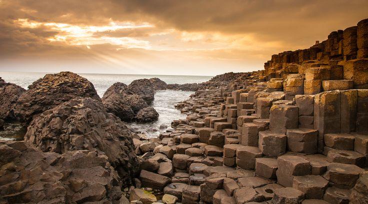 Rund 40.000 gleichmäßig geformte Basaltsäulen bilden an der Küste Nordirlands den Giant's Causeway. Rund die Hälfte aller Säulen haben eine sechseckige Form und die größten von ihnen ragen ganze zwölf Meter in die Höhe. Die Einheimischen bezeichnen das Relikt aus prähistorischer Zeit gerne als das achte Weltwunder. Beeindruckend ist die steinerne Landschaft, die zum UNESCO-Welterbe zählt, allemal.
