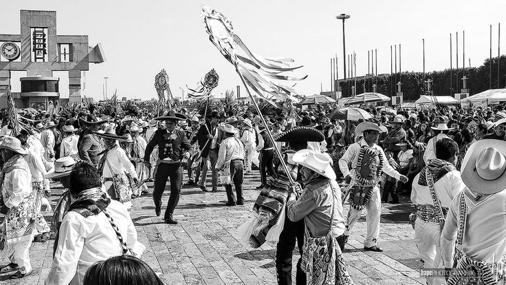 A little dancing for the Virgin | La Villa CDMX | 484mex américadelnorte ciudaddeméxico delegación distritofederal fujix100t gustavoamadero laciudaddeméxico lavilla mexico mexicocity mexiko mexikostadt méxico nordamerika northamerica villadeguadalupe hut hat sombrero hapephotographix chimes glockenspiel plazamariana carillón pilger pilgrim peregrino ourladyofguadalupe nuestraseñoradeguadalupe virgendeguadalupe unsereliebefrauvonguadalupe bnw sw blackandwhite schwarzweiss blancoynegro…