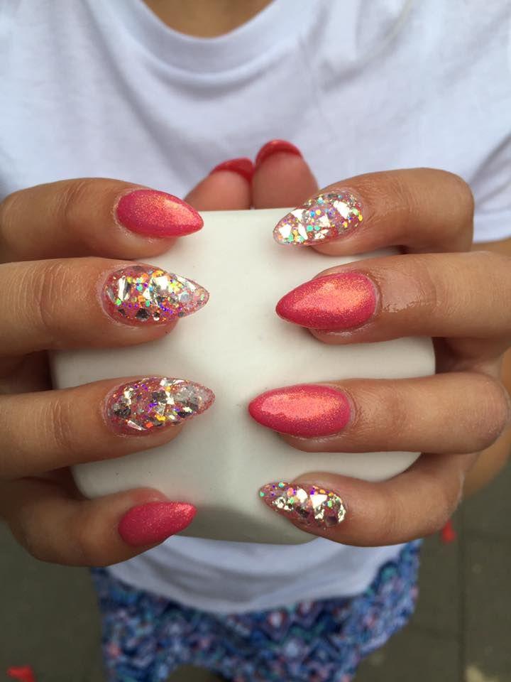 En ag vores negle elever har lavet dette flotte sæt Nail art negle med diamanter og pigment  negle glimmer, et helt fantastisk sæt negle.
