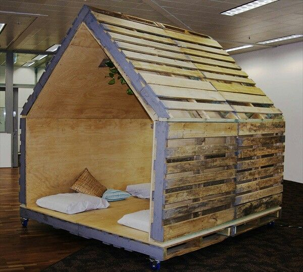 Pallet doghouse with plywood inside hendrix pinterest for Movable pallets
