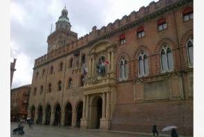 #ElezioniBologna Pranzo ferragosto per 200 poveri Bologna: ...nel cortile di Palazzo d'Accursio per duecento persone bisognose. A…
