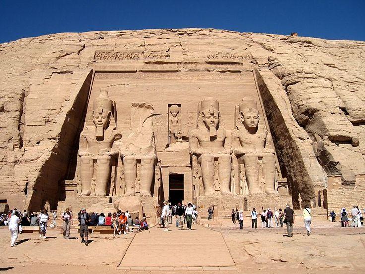 アブ・シンベル大神殿。青年期から壮年期までの4体のラムセス2世像が置かれている。左から2体目の手前にある岩塊は2体目の頭部の一部
