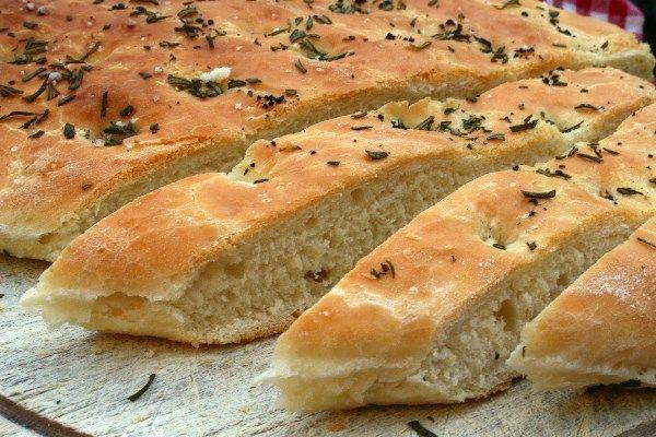 Focaccia recept - Heerlijk brood van pizzadeeg