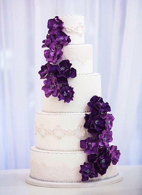 pastel de boda de la vendimia con las flores del ciruelo