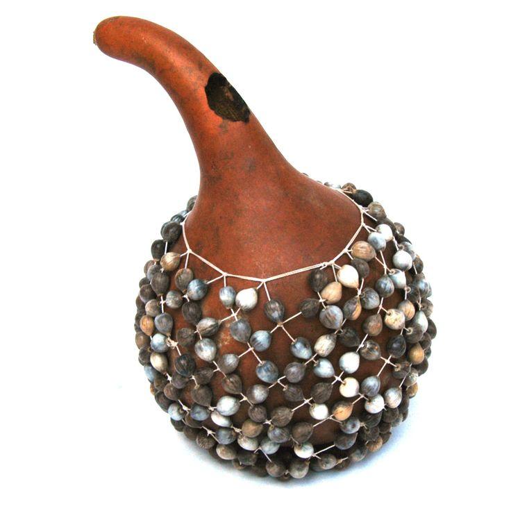 CHEKERE: Es un instrumento de percusión de Africa del Norte, consistente en una calabaza secada con cuentas tejidas en una red que la recubre.
