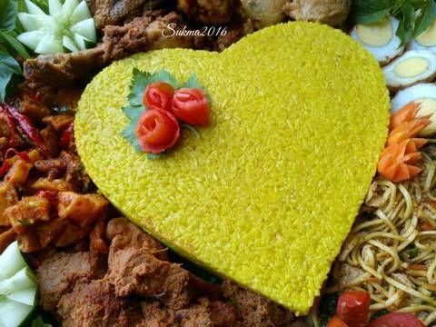 Resep Nasi Tumpeng Kuning favorit. Nasi kuning tumpeng ini sering dibuat buat acara khusus di rumah, favorite pokoknya. Resep nasi kuning ini dari ibu fatmah bahalwan ncc. Untuk lauknya disesuaikan aja dg mood dan isi kulkas hehee..