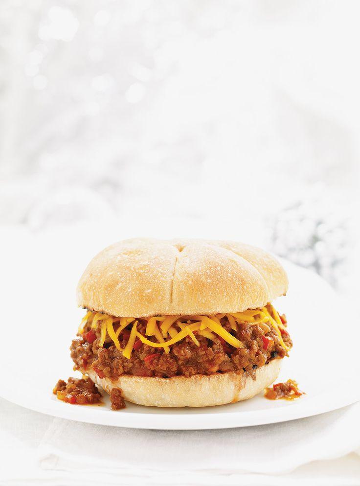 Recette Sloppy Joe. Une recette de burger à manger avec un couteau et une fourchette! Ingrédients: boeuf haché maigre, petit poivron rouge, pâte de tomates, moutarde sèche...