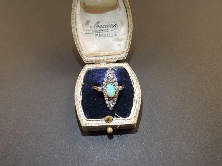 """Straordinario anello Belle Epoque (1871-1914) """"à marquise"""" in oro giallo 18 carati e argento 925, con bell'opale nobile naturale di mezzo carato circa (con evidente arlecchimento) e quasi 1 carato di diamanti naturali, montati """"a giorno"""", di notevole bellezza. Il gioiello, che pesa 4 g. circa, reca i punzoni francesi del titolo dell'oro (hibou=gufo) e dell'argento (cigno). In vendita su www.mirabilia.gallery per 5.000,00 € (Iva inclusa)."""