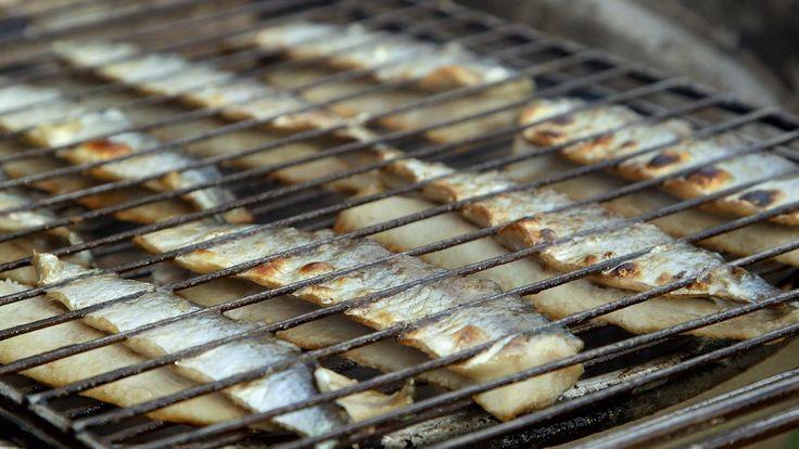 Krakkede sild er en bornholmsk specialitet, der består af saltede og grillede sildefileter, som serveres med rugbrød og sennep til. Du får opskriften her.