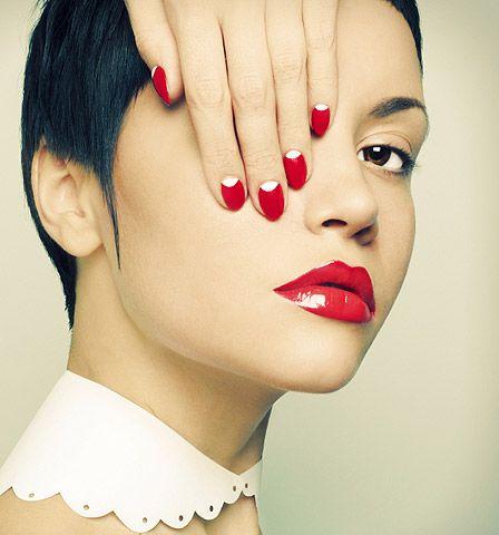 Rot geschminkte Lippen sind seit Urzeiten der Klassischste aller Looks. So entwickelte sich die Farbe zur immer währenden Wahl!