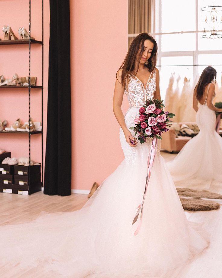 А эта кружевное розовое свадебное платье рыбка - наш личный маленький космос  Трансформер, с открытой спиной и декольте.  Это эффектное платье со шлейфом напоминает по силуэту свадебные платья 2017 от ZUHAIR MURAD (Зухаир Мурад), Galia Lahav, Elie Saab (Эли Сааб), Inbal Dror, Berta Bridal (Берта Бридал), Hayley Paige и Vera Wang но стоит до 1800$ fataiperya.ru #weddingdress #weddings #weddingdresses #свадебныеплатья #свадьба #свадебныеплатья