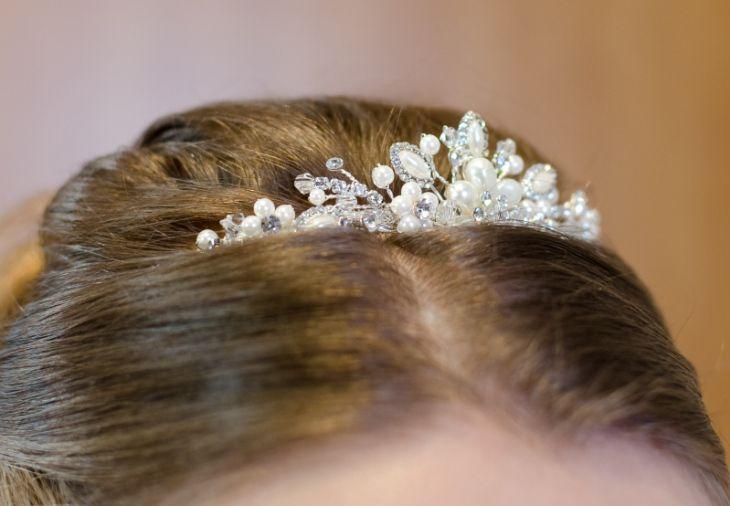 Ein funkelndes Diadem krönt die Brautfrisur.