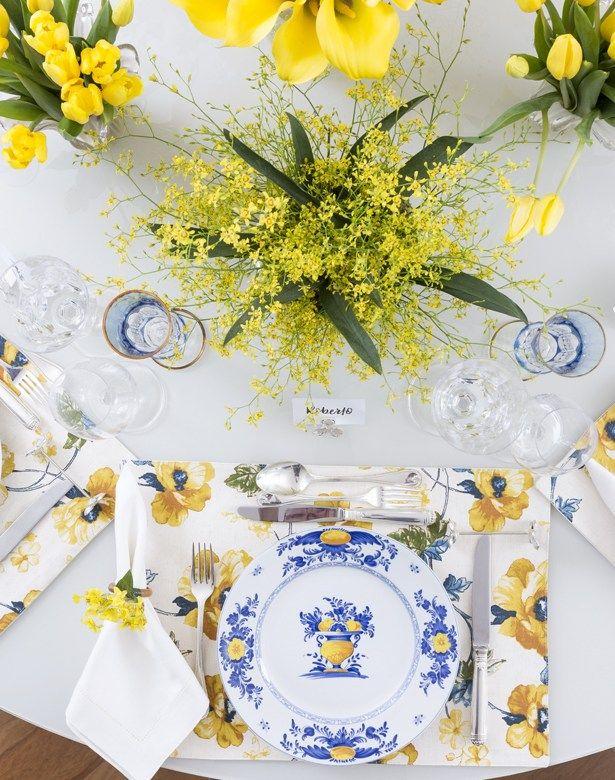 Mesa de jantar em tons de azul e amarelo.