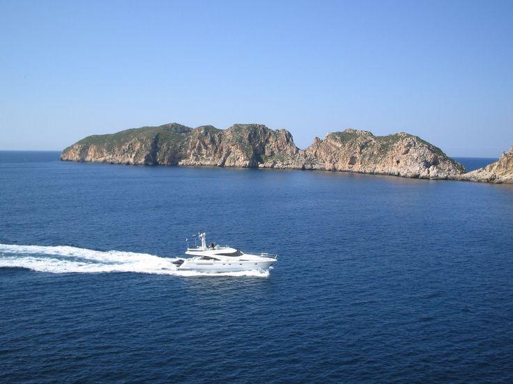 Alquila un barco a motor o a vela esta verano y disfruta de unas vacaciones únicas. En Surcando Mares podrás alquilar tu embarcación con o sin patrón.